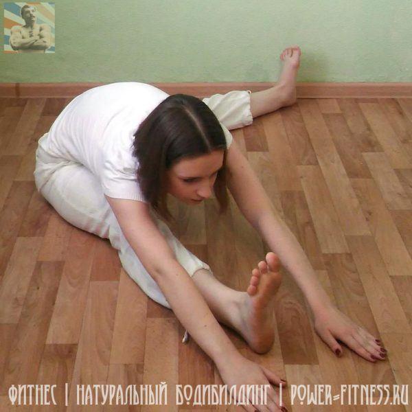 Упражнение на растяжку - наклоны к ногам (вправо)