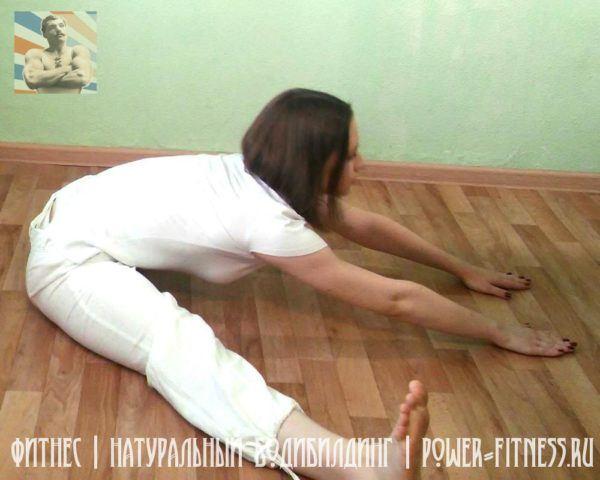 Упражнение на растяжку - наклоны вперёд