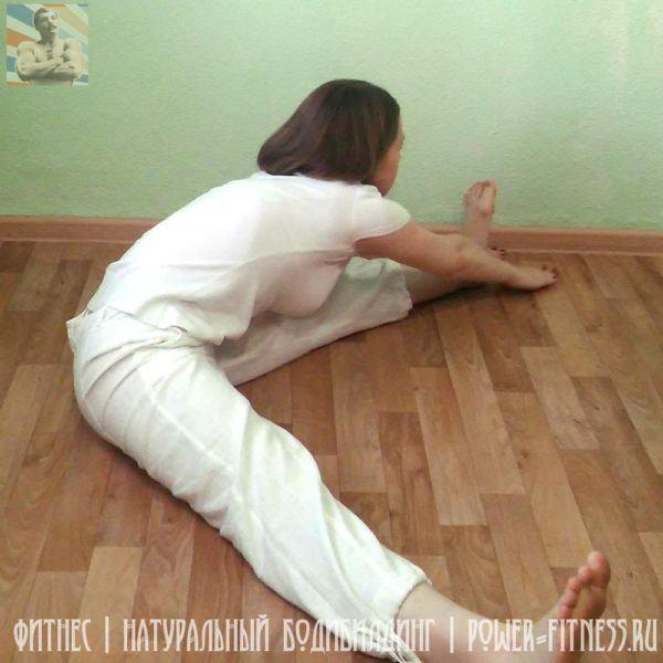Упражнение на растяжку - наклоны к ногам (влево)