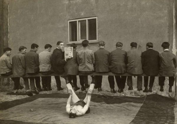 Артур Саксон Хёнинг удерживает балку на которой 12 человек